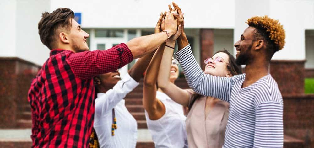 students-giving-five Kopie